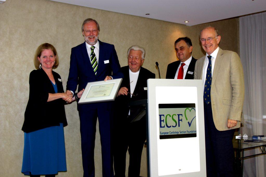 Kate Regnier, Vizepräsidentin des ACCME, erhielt von Prof. Griebenow die Urkunde des European Board for Acccreditation in Cardiology (EBAC) über die Anerkennung der Äquivalenz des Zertifizierungssystems des ACCME (USA).