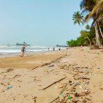 Im Rahmen der Freiwilligenarbeit säubern Volunteers einen Strand in Ghana