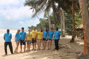 Ein Hruppe Volunteers nach der Strandreinigungaktion in Ghana