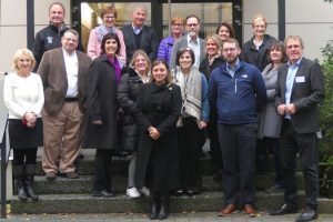 Gruppenfoto mit US-Bildungsexperten, Geschäftsführer, Dozenten und Schulleiter am Rheinischen Campus