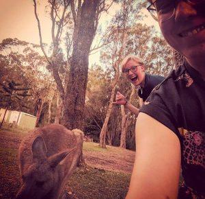 Zwei Tischlerinnen nach ihrer Gesellenprüfung beim Work and Travel in Australien mit Känguru