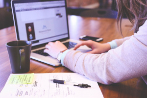 Von zu Hause aus im Online-Kurs Ausbildung zum staatlich geprüften Übersetzer